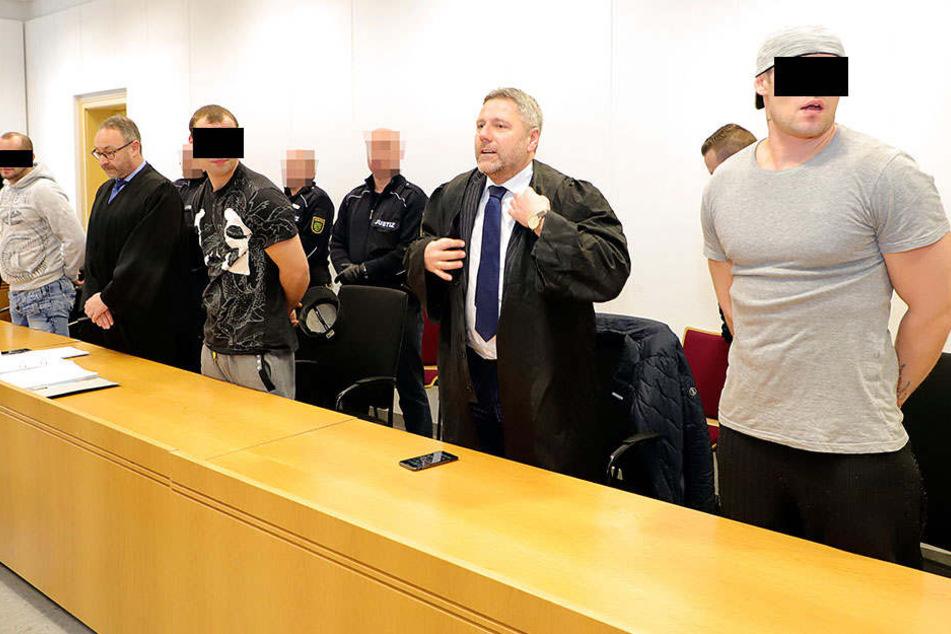 Der Fahrer dieses Busses der Linie 32 wurde spätabends brutal überfallen.Die Angeklagten und ihre Anwälte im Landgericht Chemnitz - am Ende gab es lange Haftstrafen.