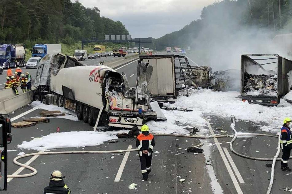 Drei Lastwagen brannten komplett aus.