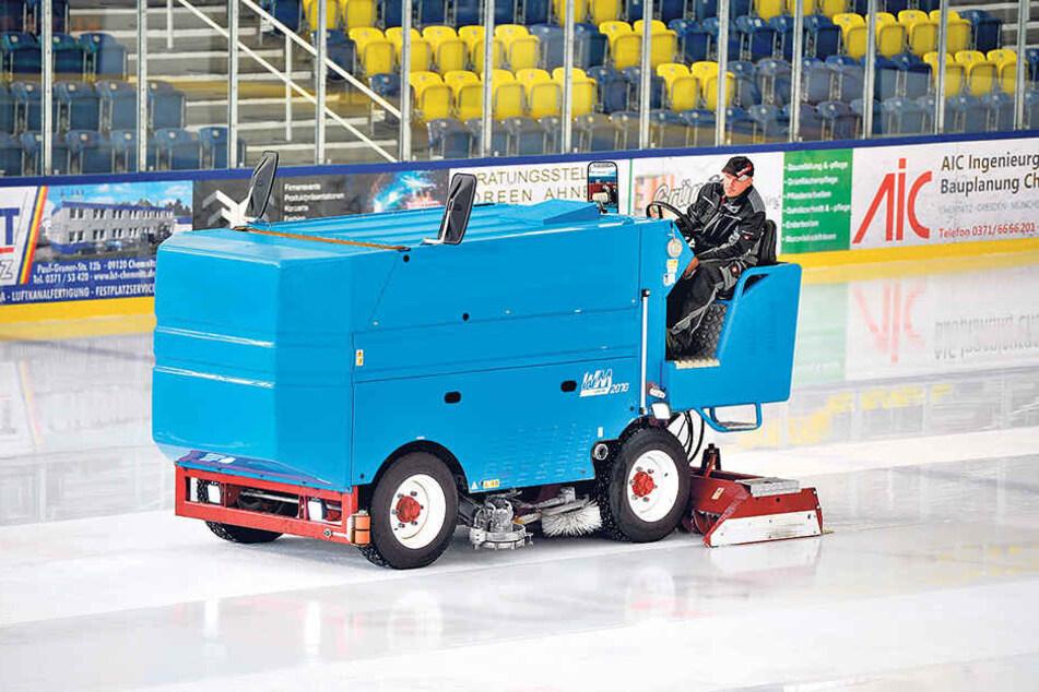 Keine Eismaschine, kein gutes Eis: René Hermann (42) präpariert die Eisfläche im Chemnitzer Eissportzentrum.