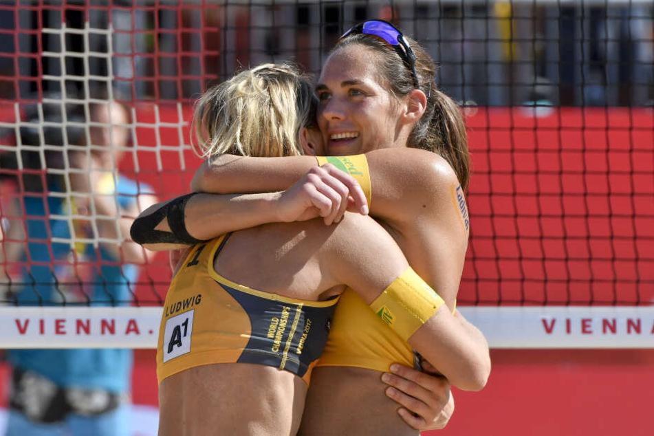 Laura Ludwig und Kira Walkenhorst (rechts) jubeln nach ihrem Sieg bei der Beach-Volleyball-WM 2017.