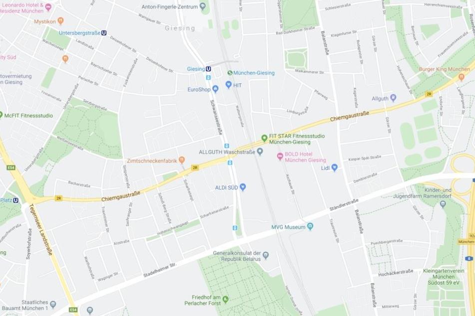 In der Chiemgaustraße in München hat ein Mann ein ahnungsloses Opfer mehrfach attackiert.