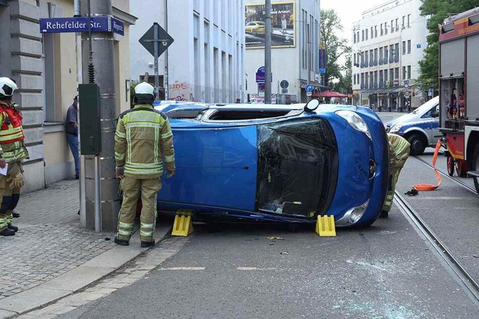 Hier hat es wirklich gewaltig gekracht! In Pieschen liegt ein Peugeot auf der rechten Seite, ein Golf hat ebenso Totalschaden.