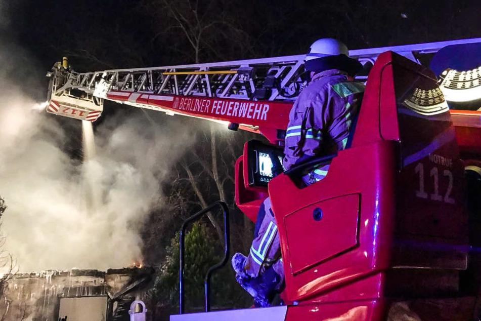 Von einem Leiterwagen aus löschte die Berliner Feuerwehr den Brand.