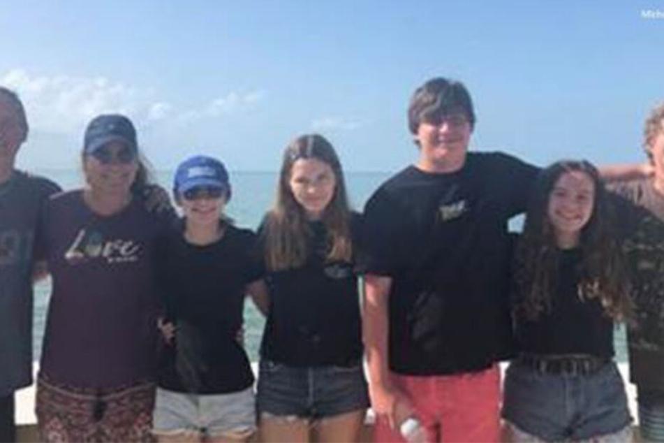 Hier ist Jordan in der Mitte mit ihrer Familie zu sehen - das Bild wurde kurz vor dem Haiangriff geschossen.