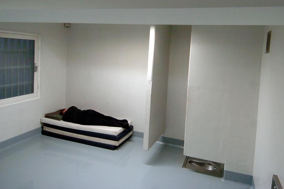 Bei der Augsburger Bundespolizei durften die drei Männer ihren Rausch ausschlafen. (Symbolbild)