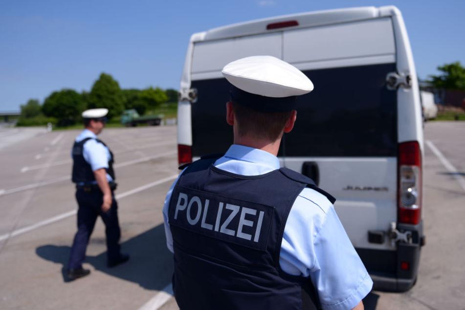 Als die Beamten die Tür des Transporters öffneten, sprang der Gefangene aus dem Auto und flüchtete (Symbolbild).