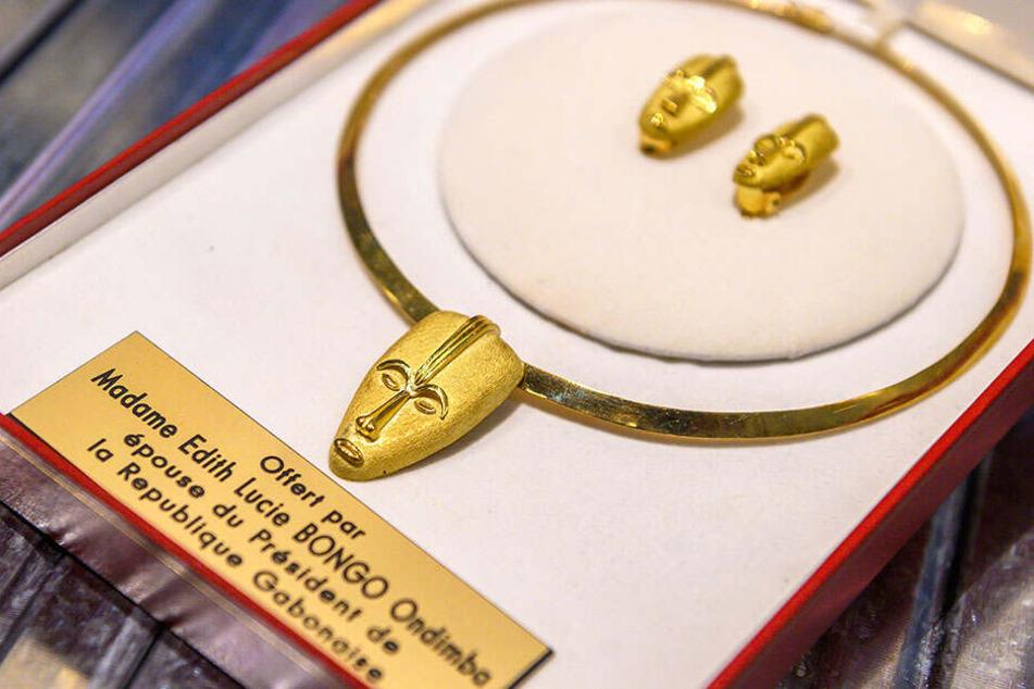 Der Staatspräsident von Gabun samt Gattin schenkte Georg Milbradt 2005 dieses Schmuckset aus Gold