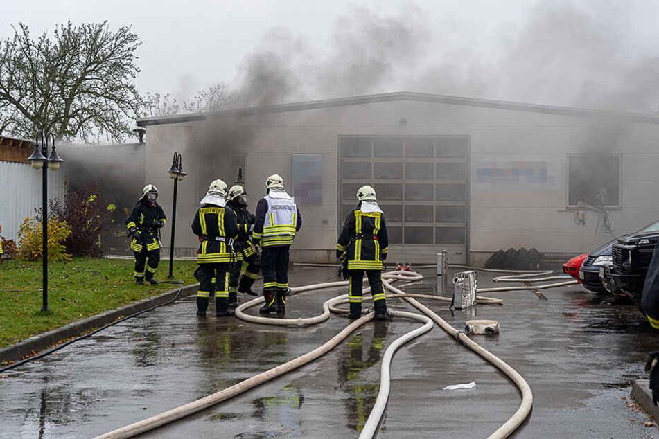 Feuerwehr-Großeinsatz im Vogtland: Auto gerät in Werkstatt in Brand