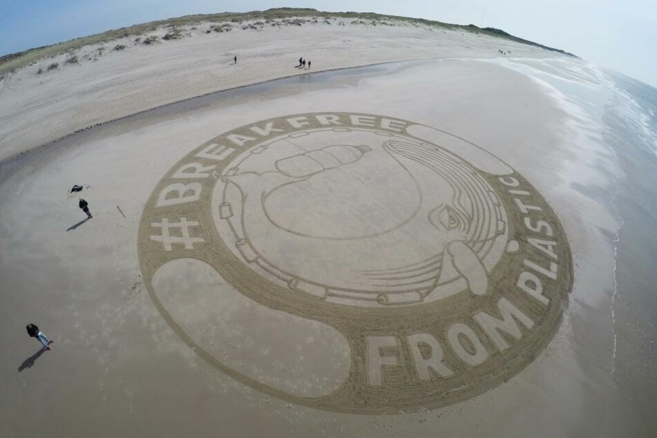 """Das Strandgemälde soll auch auf den """"Earth Day"""" aufmerksam machen."""
