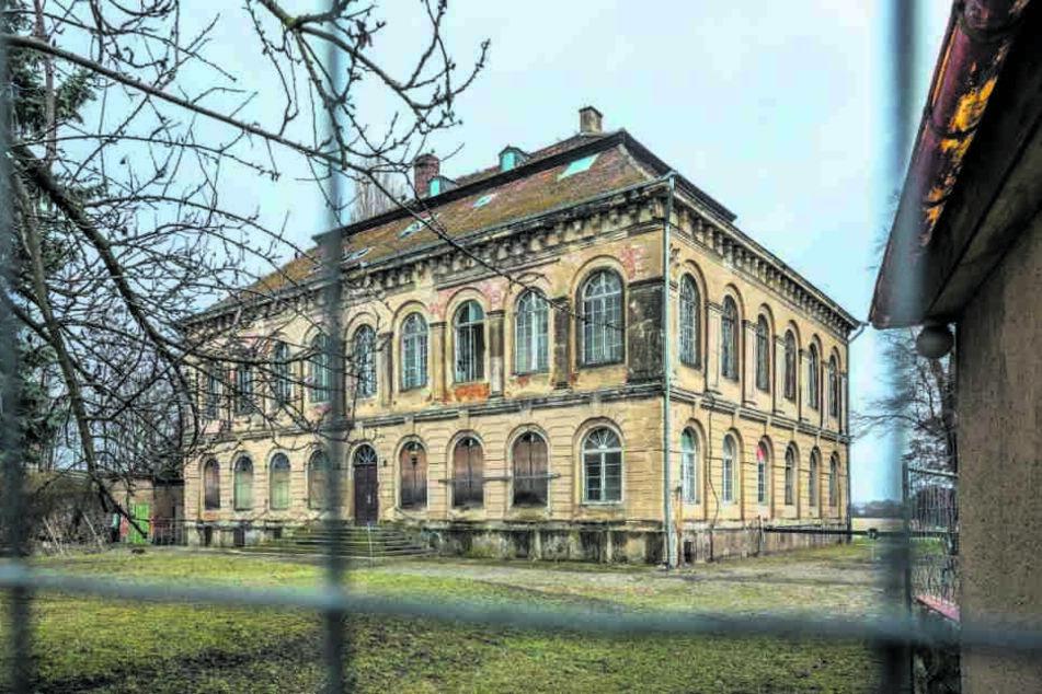 Das Schloss Übigau an der Elbe im gleichnamigen Dresdner Stadtteil steht seit  Jahren leer.