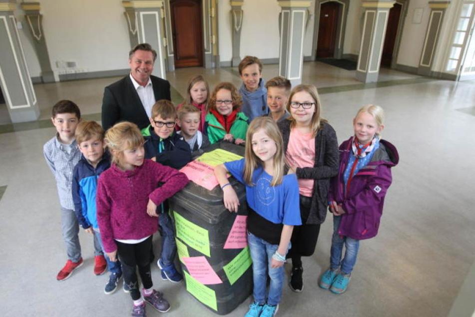 Tim Kähler bekam vom Schülerparlament der Grundschule Elverdissen eine mit Müll gefüllte Tonne geschenkt.
