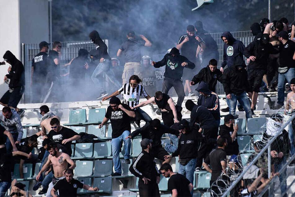 Vor rund zwei Jahren waren am Rande des Fussball-Cup-Finales zwischen AEK Athen und PAOK Thessaloniki Fußballfans und Polizisten auf der Tribüne aneinandergeraten.