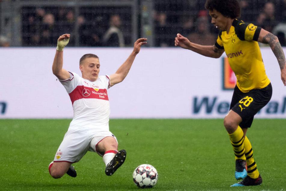 Wirft sich gegen Dortmunds Axel Witsel mit allem rein, was er hat: VfB-Sechser Santiago Ascacíbar (l.).
