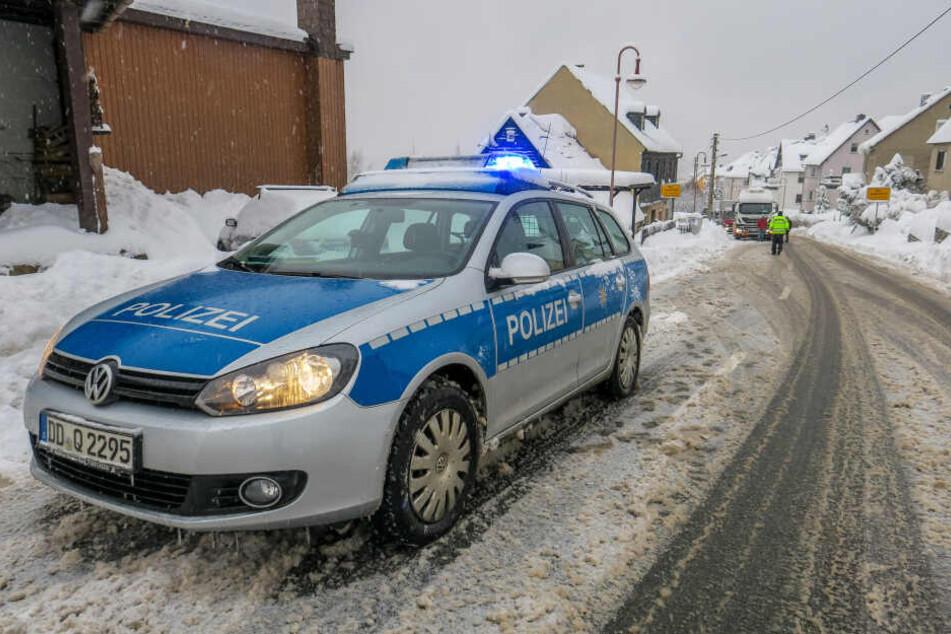 Die S222 war am Freitag zwischen Aue und Bernsbach wegen Schneebruch und festhängender Laster gesperrt.