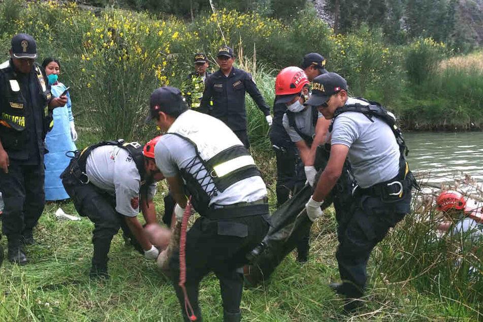Rettungskräfte bergen in Peru eines der Todesopfer.