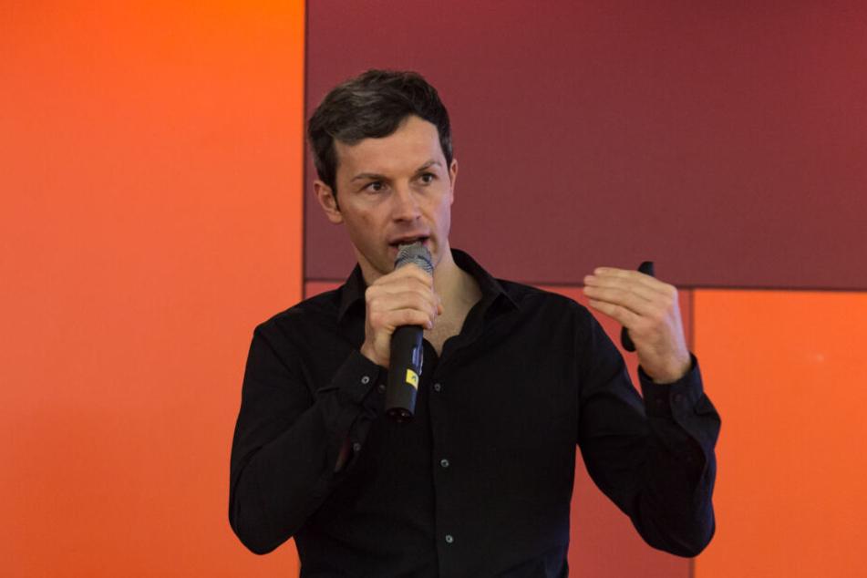 Marc Friedrich spricht bei einer Veranstaltung.