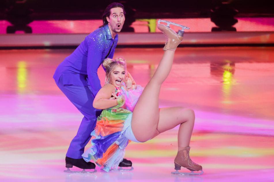 """Sarina Nowak und ihr Show-Partner David Vincour, stehen in der ersten Livesendung der SAT.1-Show """"Dancing on Ice"""""""