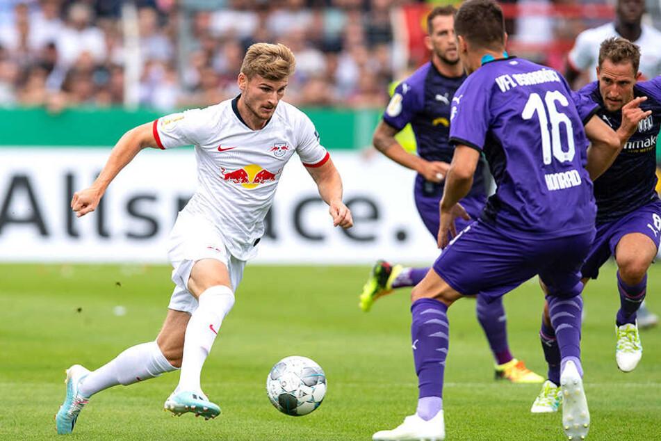 Mit viel Tempo dribbelt Leipzigs Angreifer Timo Werner (links) auf gleich mehrere Osnabrücker Gegenspieler zu.