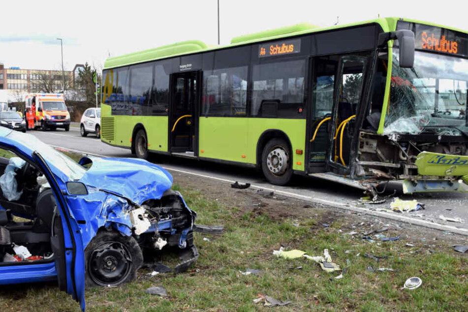 Der Autofahrer war nach ersten Erkenntnissen der Ermittler in den Gegenverkehr geraten und mit dem Schulbus kollidiert.