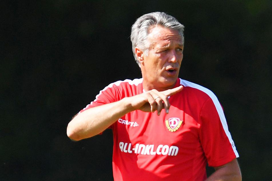 Coach Uwe Neuhaus gibt letzte Anweisungen. Elf Tage bleiben ihm noch, um die restlichen Baustellen zu schließen.