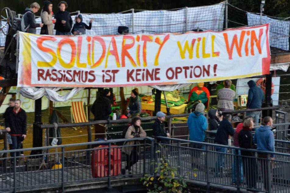 Teilnehmer demonstrieren auf einem Floß in der Nähe des Privathauses der AfD-Bezirkschefin.