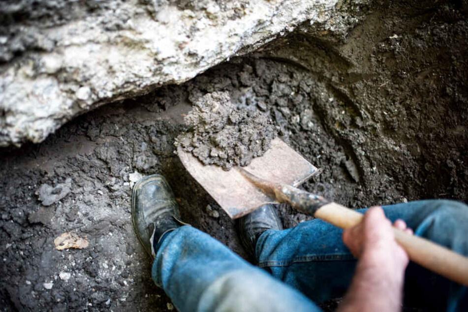 Dem Angeklagten wird vorgeworfen, einen Mann in einem Erdloch vergraben zu haben. (Symbolbild)