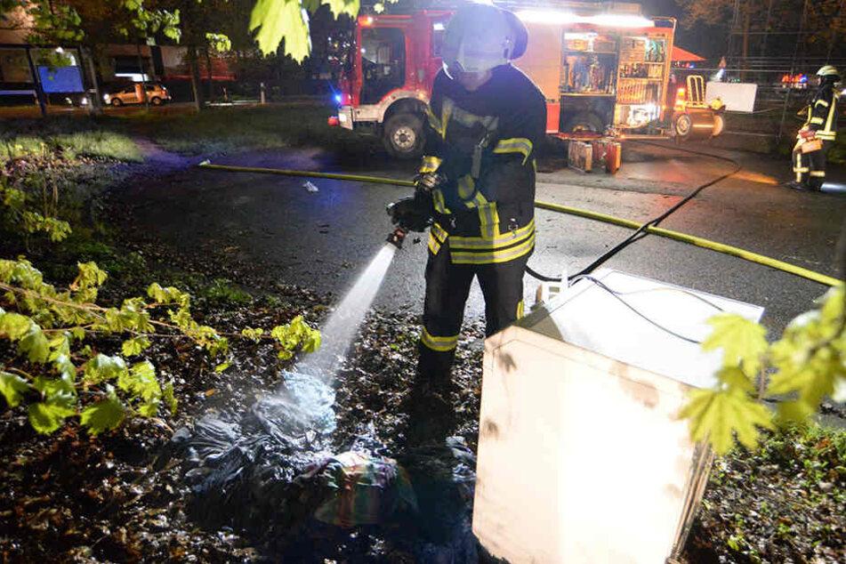 Die Feuerwehr löschte die Wäsche und den Trockner kräftig mit Wasser ab.