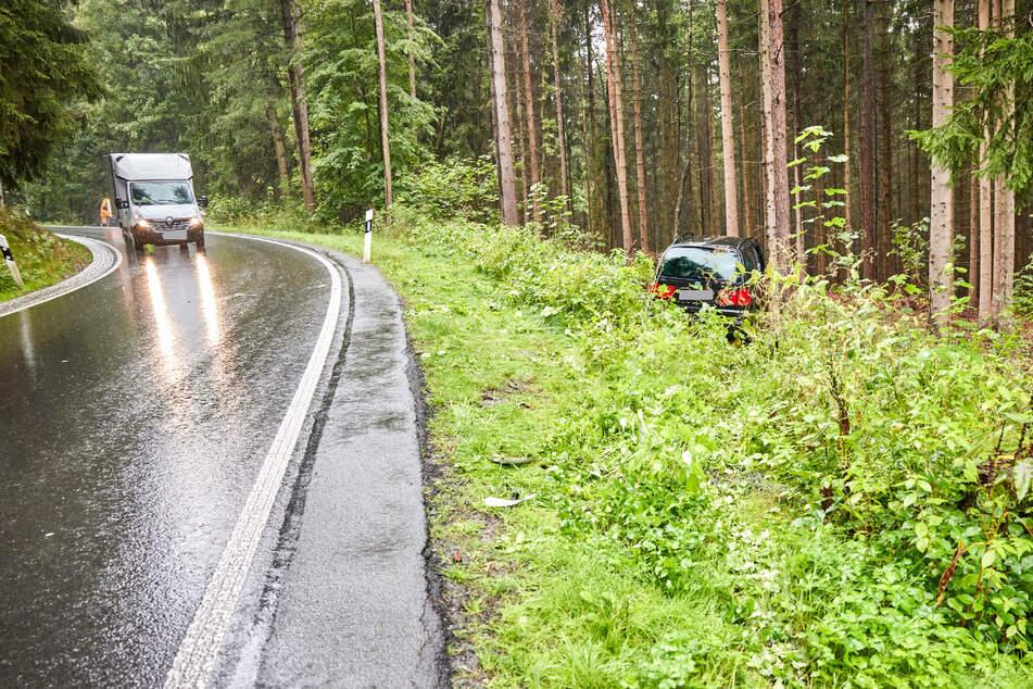 Eine Seat-Fahrerin (64) kam auf der Ortsverbindungsstraße zwischen Dürrröhrsdorf-Dittersbach und Wünschendorf vor einer Kurve von der Fahrbahn ab.