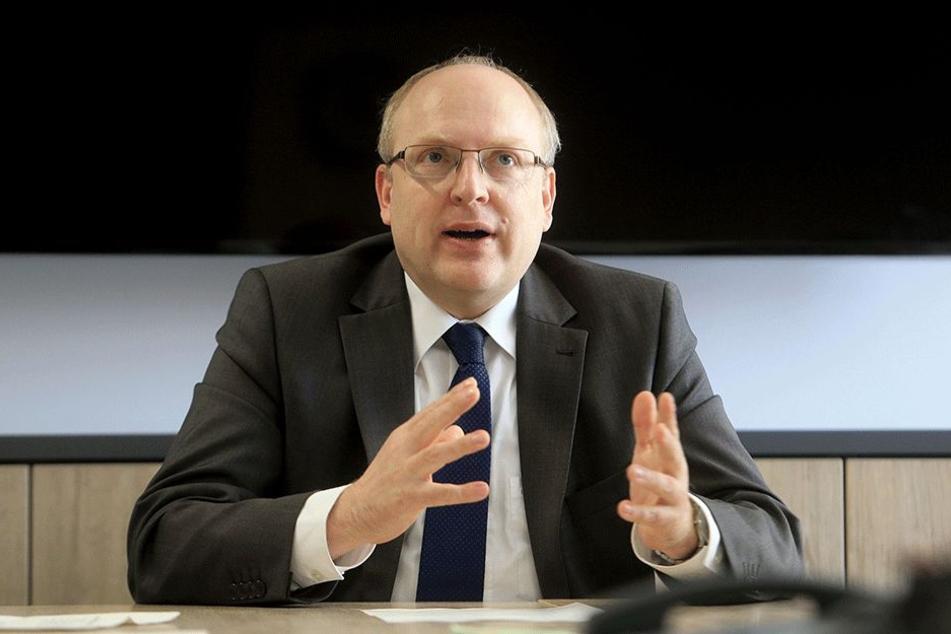 Bürgermeister Sven Schulze (44, SPD) will für 2,4 Millionen neun Schulcontainer aufstellen.