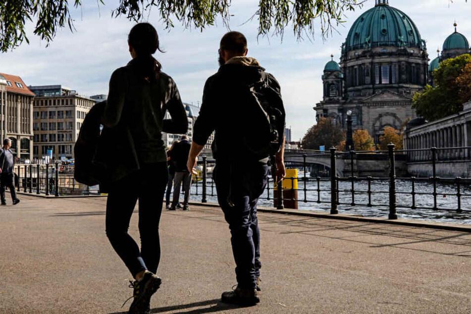 Berliner genießen das sonnige Wetter an der Spree.