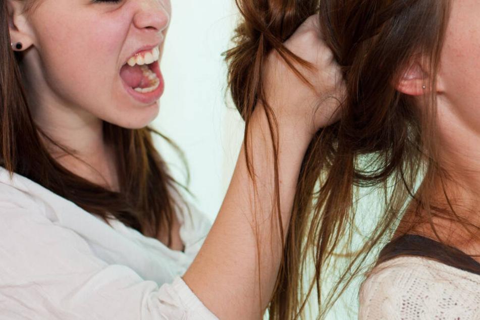 Streit zwischen Frauen gerät komplett außer Kontrolle, 50 Menschen sind beteiligt