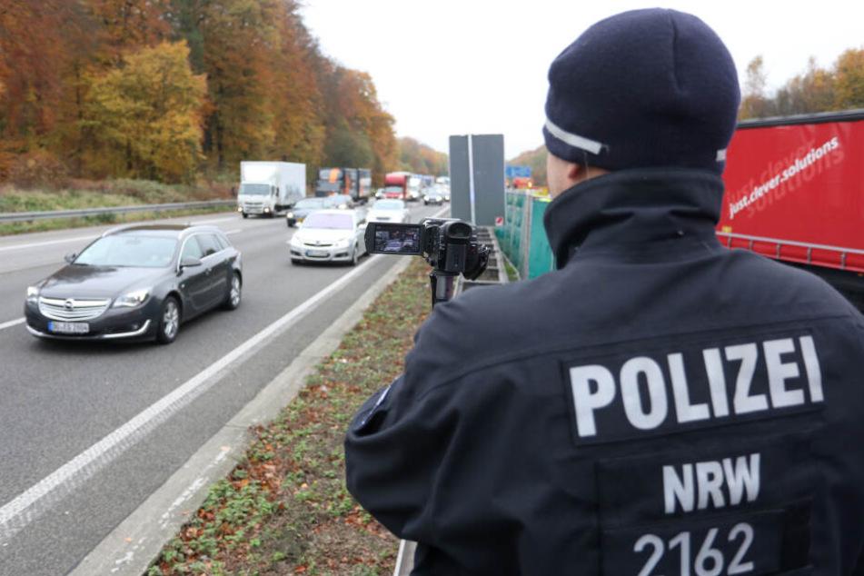 """Die Polizei filmt in Ratingen auf der Autobahn 3 bei einem schweren Unfall auf der Gegenspur vorbeifahrende Autos, um eventuelle """"Gaffer"""" zu identifizieren (Archivbild)."""