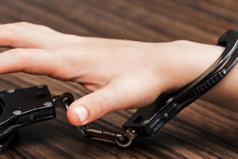 An einem Handgelenk des Kindes baumelte eine Handschelle. (Symbolbild)