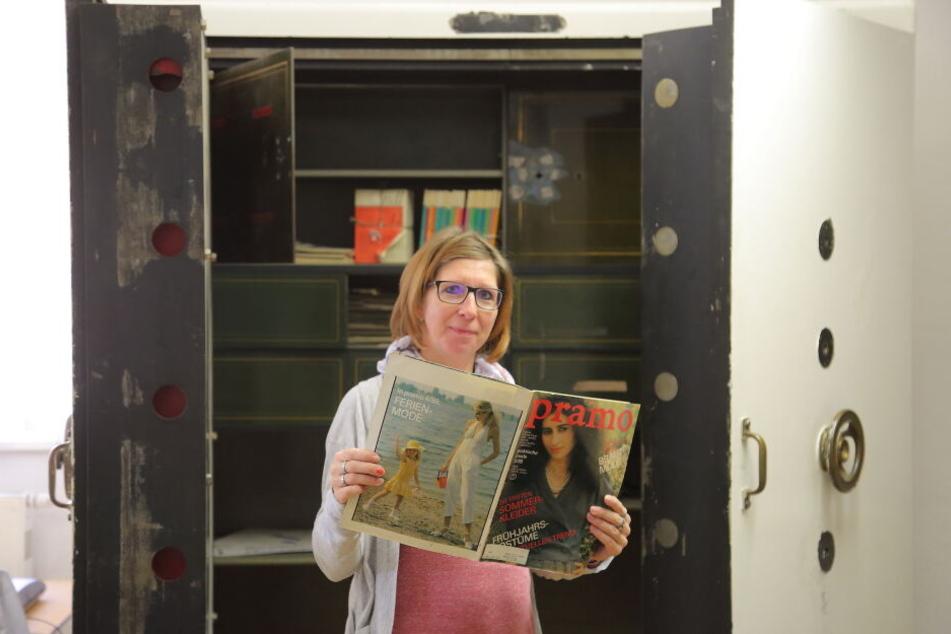 Rathaus-Mitarbeiterin Nadine Tändler (38) schmökert in einem der DDR-Modemagazine aus dem Tresor.