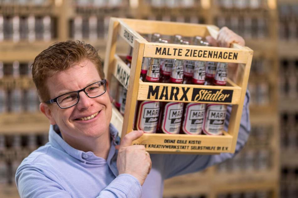 Rene Schwabe (45) präsentiert das neue Marx-Bier: Himbeer-Radler.