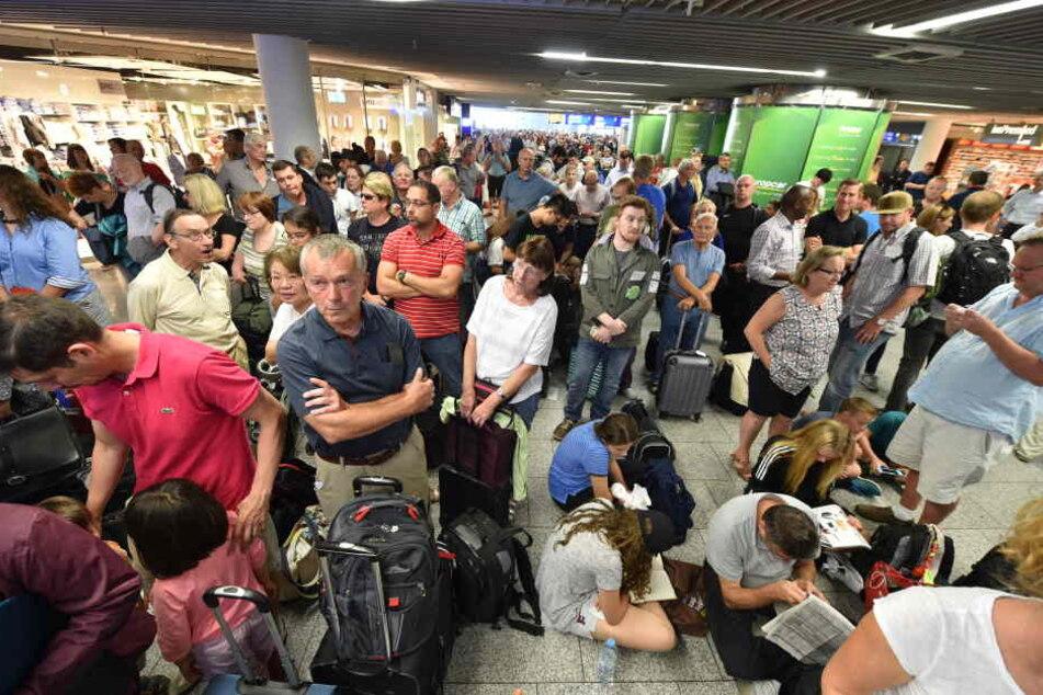 Bereits jetzt warnt der Flughafen-Betreiber vor den möglichen Folgen des Streiks (Symbolbild).