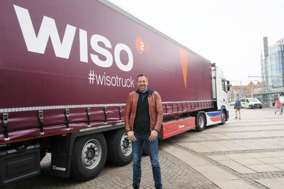 """""""WISO""""-Moderator Marcus Niehaven (45) vor einem der Trucks auf dem Leipziger Augustusplatz."""