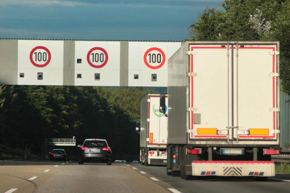 Lkw steht auf Autobahn. (Symbolfoto)
