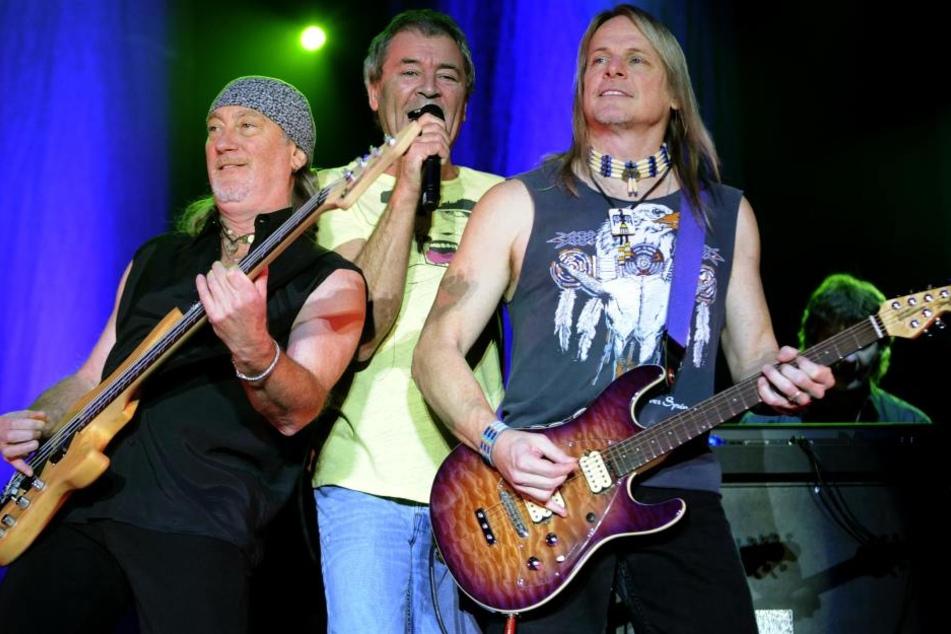 Der Bassist Roger Glover (l-r), Sänger Ian Gillan und Gitarrist Steve Morse 2008 in Berlin auf der Bühne.