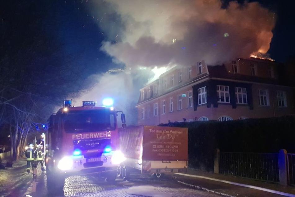 Ein Mehrfamilienhaus in Arnsdorf ging am Freitagabend in Flammen auf.