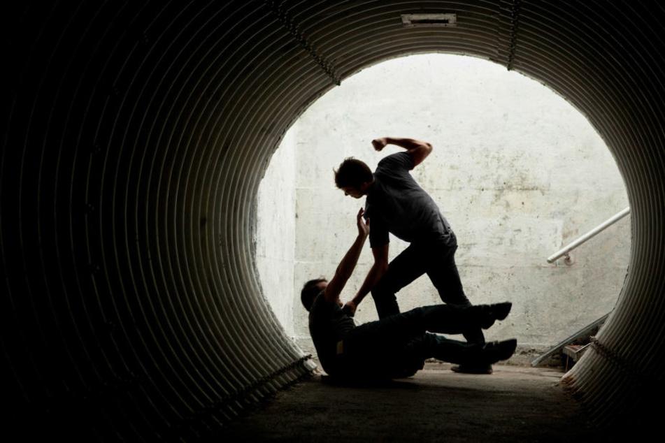 Der oder die Täter schlugen und traten auf den wehrlosen Mann ein. (Symbolbild)