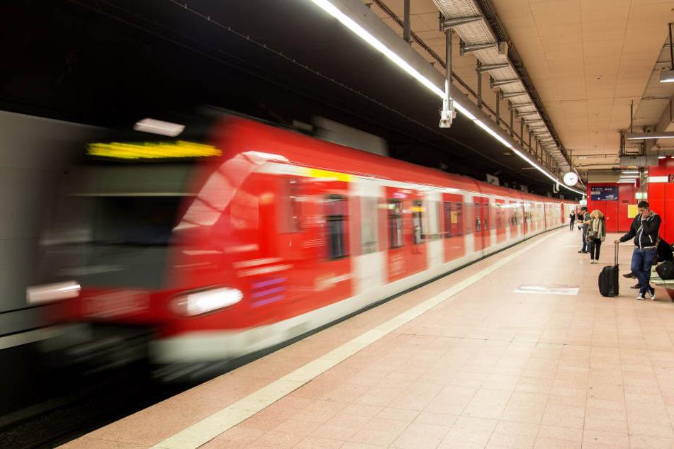 Mann will Frau vor S-Bahn stoßen - Fahrgäste greifen ein