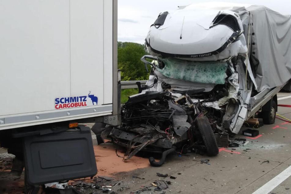 Horror-Unfall auf der A14: Transporterfahrer totgequetscht