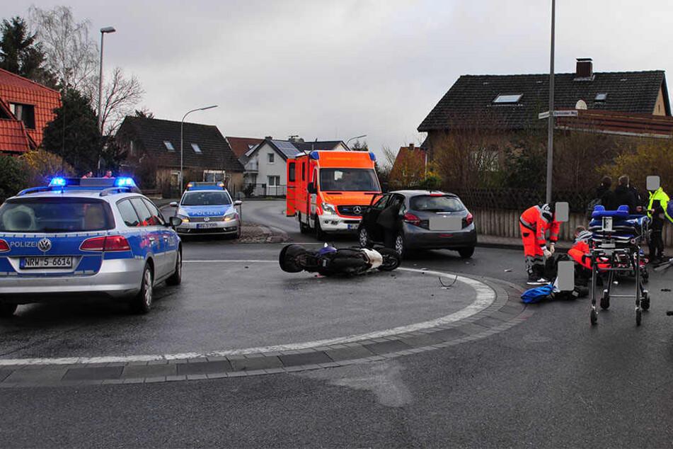 Der Peugeot übersah den Roller beim Einfahren. Fahrerin schwer verletzt.