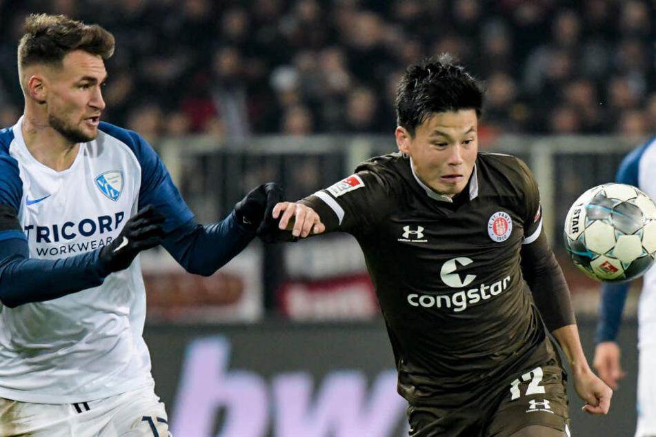 Ryo Miyaichi (rechts) holt sich den Ball.