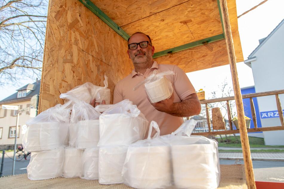 Eisverkäufer Daniel Ivandic verschenkt Klopapier. Hamstern ist allerdings nicht erwünscht!
