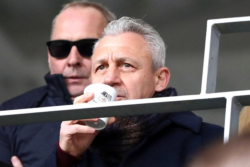 Pavel Dotchev (rechts) im Veilchen-Stadion. Hinter ihm Boss Leonhardt. Beide sind Alphatiere.