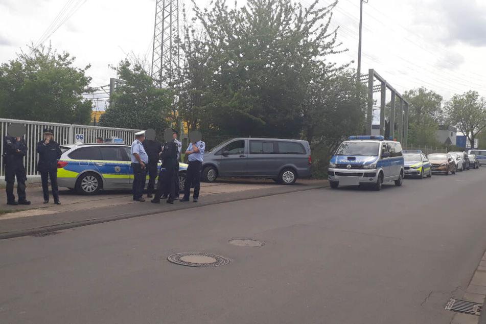 Die Polizei war nur mit wenigen Einsatzkräften vor Ort. Ein Sprecher sagte, dass die Beerdigung ruhig und friedlich verlief.