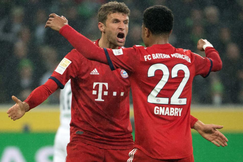 Thomas Müller und Serge Gnabry beim Auswärtsspiel in Gladbach.