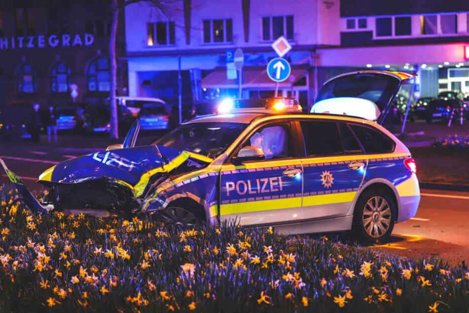 Polizeiauto kracht in anderes Auto: Kind schwerverletzt